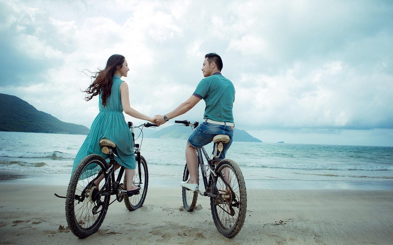 Zu zweit am Strand Radfahren