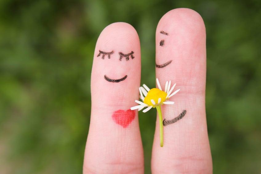Verabredetes Paar mit Blumenstrauß